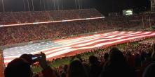 Under halftime tok de ut et gigantisk flagg som dekket hele banen.